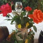 aranjament-decorativ-de-toamna-cu-porumb-iedera-trandafiri-si-crengute-de-brad
