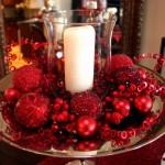 aranjament decorativ masa de craciun din globuri rosii