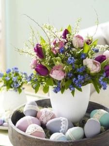 aranjament decorativ masa de paste flori si oua colorate ornate cu dantela