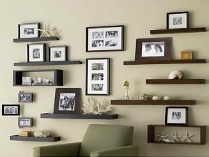aranjament decorativ poze si rafturi perete living