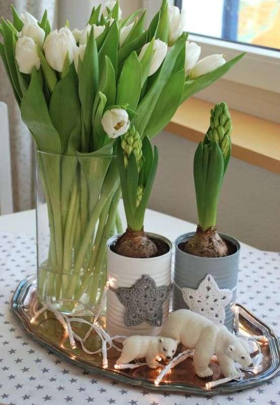 aranjament-decorativ-scandinav-de-primavara-lalele-zambile-albe