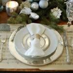 aranjament festiv masa de craciun in alb si argintiu