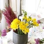 aranjament floral de primavara narcise si liliac