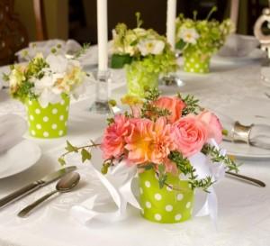 aranjament flori culoarea verde masa nunta