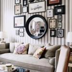 aranjament tablouri perete in jurul unei oglinzi