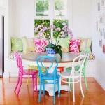 asortare scaune colorate bucatarie cu pernute decorative bancheta