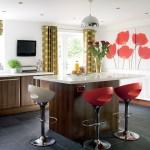 asortare scaune colorate bucatarie cu tablou decorativ perete