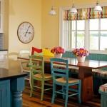 asortare scaune colorate cu storurile ferestrelor din bucatarie