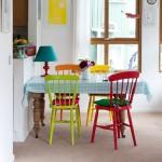asortare scaune multicolore bucatarie amenajata in stil rustic