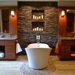 baie de lux decorata cu piatra naturala si cada stativ de forma ovala