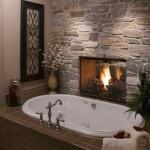 baie decorata cu piatra naturala si semineu