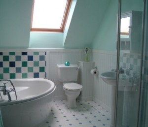 baie mica amenajata clasic faianta alb albastru in mansarda