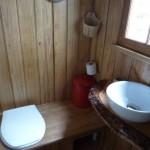 baie mica casa rustica pe malul lacului Dordogne Franta