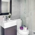 baie mica moderna amenajata in alb si gri apartament 2 camere