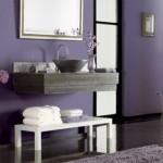 baie moderna accente rustice decorata cu mov lila negru si gri