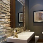 baie moderna accente rustice perete placat cu piatra naturala