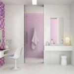 baie moderna decorata cu tapet floral
