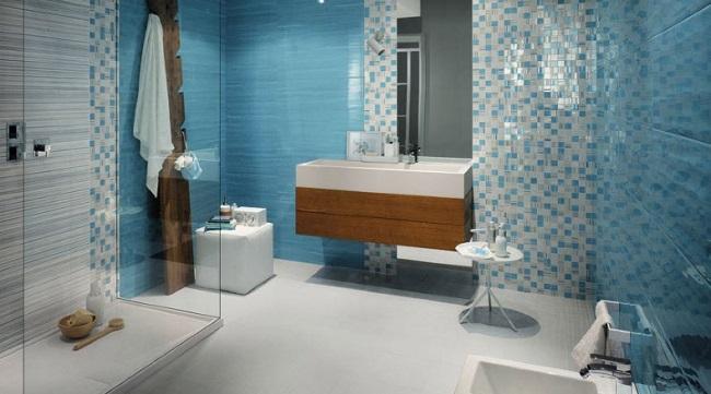 baie moderna decorata icu gresie si faianta in alb bleu si gri