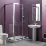 baie moderna minimalista pereti zugraviti in mov