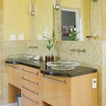 baie moderna pereti placati cu mozaic din sticla nuante de galben auriu