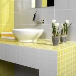 baie placata cu mozaic alb galben si faianta gri