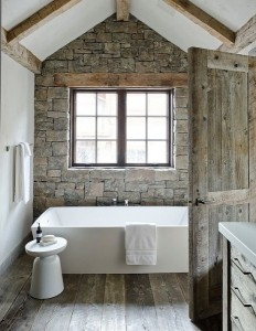 baie rustica de lux amenajata in mansarda piatra naturala si dusumea lemn