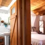 baie si dormitor mansardat casa stil grecesc tavan grinzi de lemn