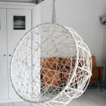 balansoar suspendat impletit de forma sferica agatat de tavan living scandinav