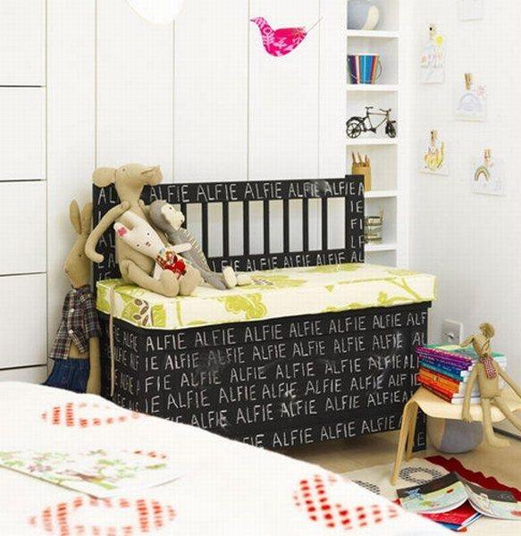 bancuta din lemn camera copil decorata cu vopsea cu efect de creta culoare neagra