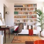 biblioteca din rigips perete din spatele canapelei din living mic