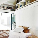 biblioteca sub tavan inalt dormitor mansarda