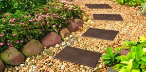 bordura decorativa gradina din pietre de rau