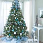 brad craciun decorat in bleu alb si argintiu
