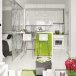 bucatarie mica open space apartament modern mic decorat in alb vernil si gri