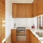 bucatarie mica si ingusta exemplu de amenajare mobila lemn cu blat alb