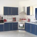 bucatarie moderna alba mobila albastra casa grecia