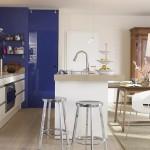 bucatarie moderna in alb si albastru open space apartament modern