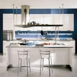 bucatarie moderna pereti bleumarin mobila alba
