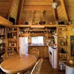 bucatarie si loc de luat masa casa mica lemn