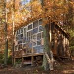 cabana din lemn de 500 usd cu fatada din ferestre reciclate