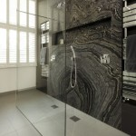 cabina de dus walk in perete placat cu lastre ceramice design baie moderna