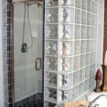 cabina de dus zid din caramida sticla si usa batanta