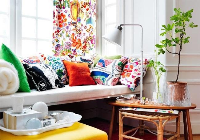 canapea cu prea multe pernute decorative