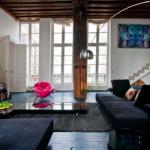 canapea neagra interior living modern accente rustice