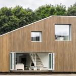 casa cu etaj design modern construita din 3 containere maritime reciclate
