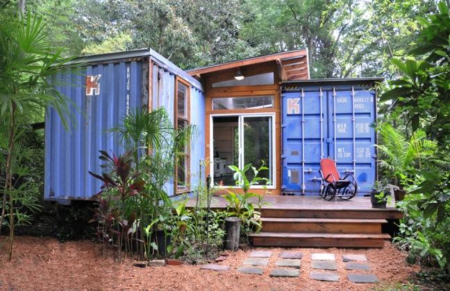 casa din containere cu terasa din lemn