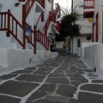 case Mykonos cu balustrade obloane si usi rosii