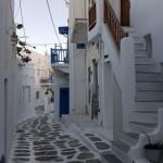 case mici albe cu obloane si usi din lemn Mykonos