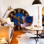 ceas mare sprijinit de perete decor living