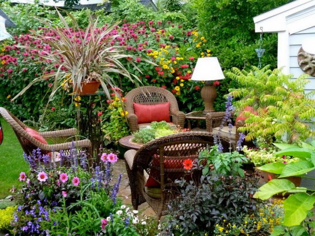 colt relaxare plin de flori si plante decorative curte mica